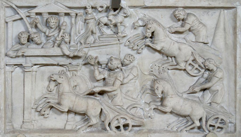 Dettagli di sarcofago romano con muse e maschere teatrali.